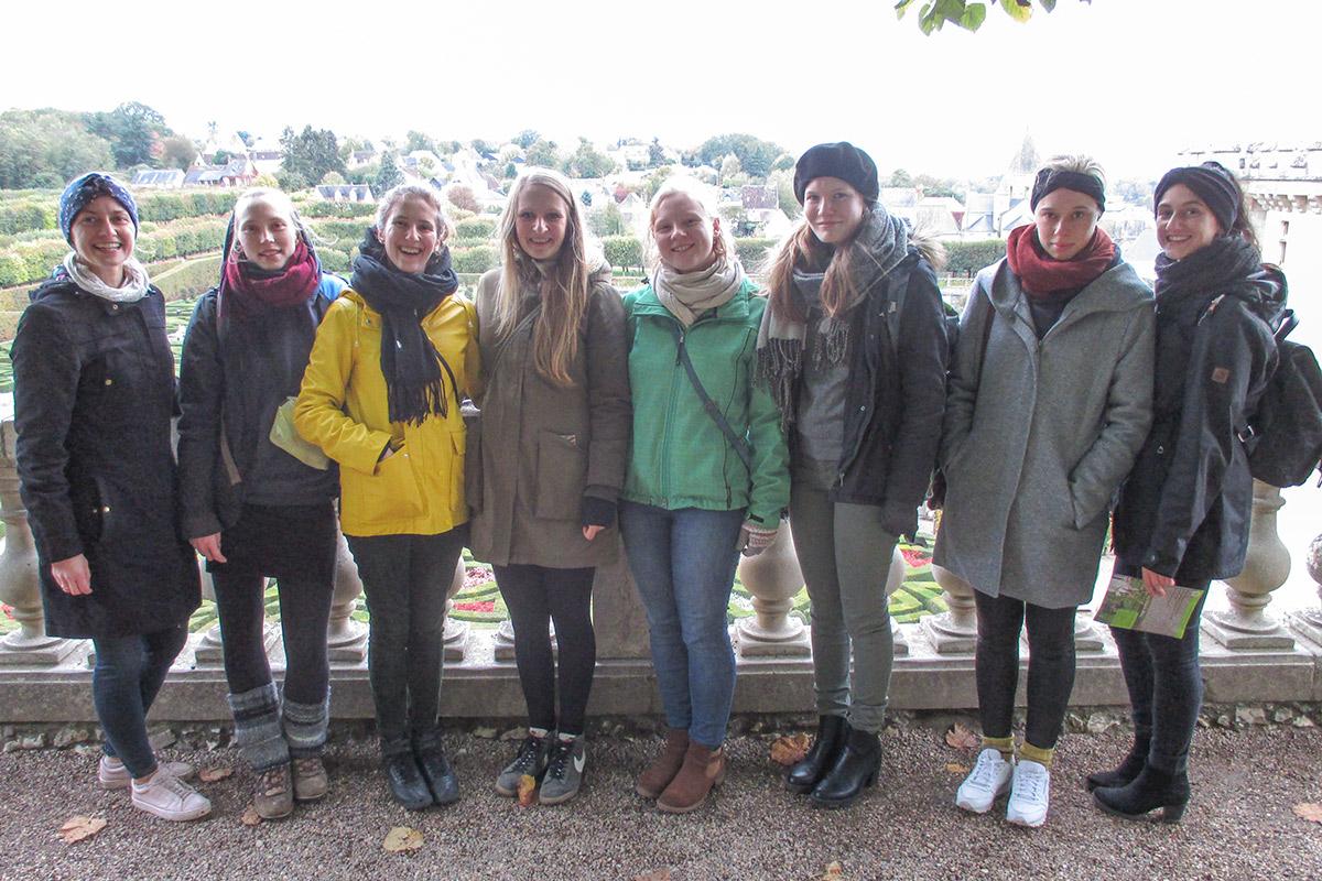 Unsere Reisegruppe mit Frau Müller aus der HWK vor dem Garten von Schloss Villandry.