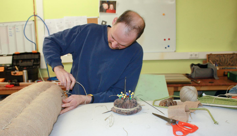 Heute legt mal Raumausstattermeister Maik Hammer Hand an die Nadel. Langsam kommt Form in die ganze Armlehne.