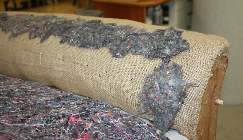 Für eine glatte Oberfläche werden die durch das Durchnähen entstandenen Dellen mit Watte aufgebessert. Keiner mag ein Sofa mit Dellen.