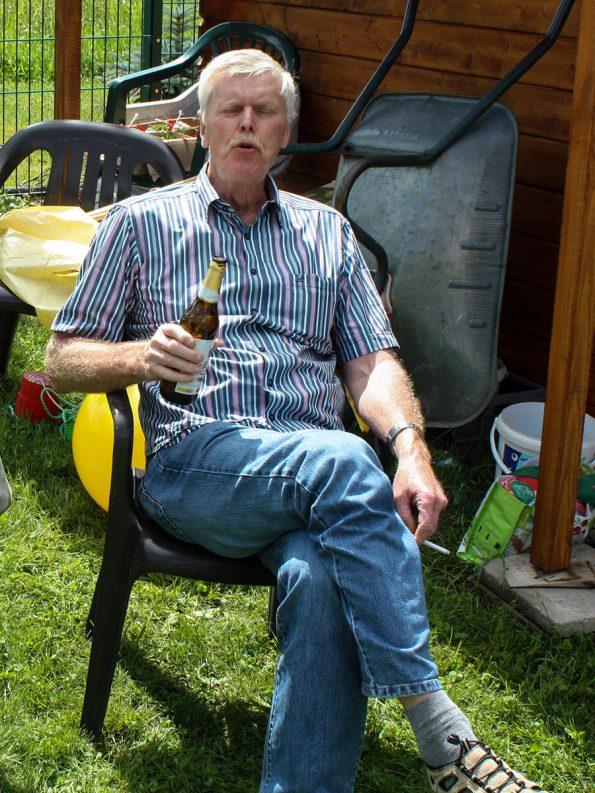 Unser Wolfi, ehemaliger Polstergeselle und immer mal wieder helfende Hand, hat es sich mit einem Bier am Feldrand gemütlich gemacht.