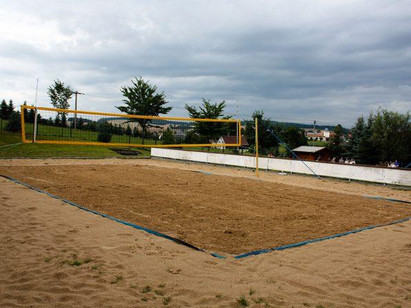 Das Beachvolleyballfeld ist frisch geharkt und bereit zum Angriff. Im Hintergrund warten schon die Regenwolken zum Angriff auf die sechs Mannschaften.