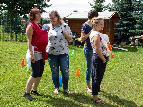 Unsere Gestalterin im Handwerk Eva Henkel (rechts im Bild) ist momentan in Sachen Nachwuchs beschäftigt.