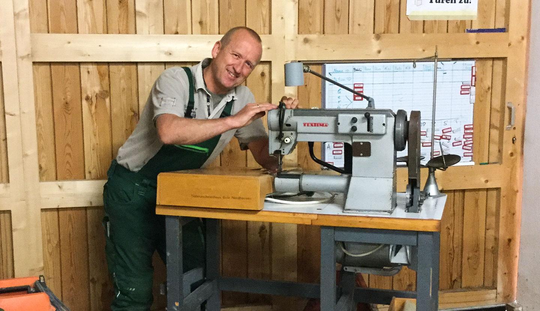 Jörg und seine geliebte alte Polsternähmaschine