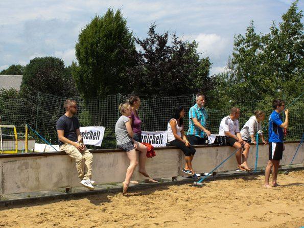 Ganz links auf der Zuschauermauer sitzt Sven, unser 9. Meister im Betrieb. Genauer gesagt Parkettlegermeister.